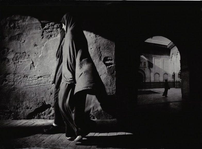 """""""Dreaming in Kasbah"""" hat Bredun Edwards diese Aufnahme getauft, sie ist Teil seines """"Marokkanischen Tagebuchs"""". Als Kameramann ist er viel herumgekommen, war zwischen dem letzten Irakkrieg und dem Arabischen Frühling in vielen Ländern Nordafrikas und des Nahen Ostens unterwegs. Wie schon beim Bild oben hat Edwards zwei Motive miteinander verwoben, erneut dienten ihm alte Reportagefotos als Inspiration. """"Ich habe schon immer die frühe, bewegende Zeit der Fotoagentur Magnum geliebt"""", bekennt er."""