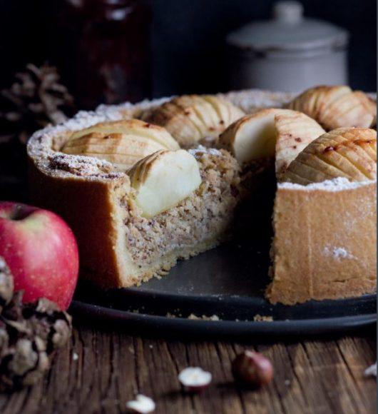 Zürcher Pfarrhaustorte: ein richtig leckerer Herbst/Winter-Kuchen, daher auch dunkel fotografiert. Da die Äpfel dem Kuchen den besonderen Look geben, ist er hier angeschnitten fotografiert, statt ein einzelnes Stück herauszugreifen. Äpfel und Nüsse in der Umgebung greifen die Zutaten für das Rezept auf.