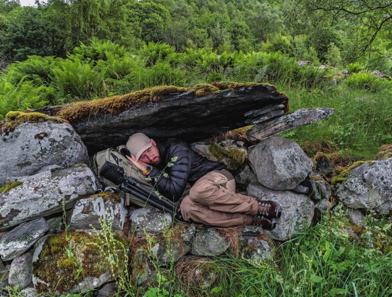 Am Geiranger-Fjord in Norwegen wird der Rucksack kurzerhand zum Ruhekissen. Man muss definitiv Rückentraining machen, will man die Strapazen der Expeditionsfotografie auf sich laden. Robert Marc Lehmann geht viermal die Woche ins Fitnessstudio und trainiert auch während der Expeditionen, um sich körperlich fit zu halten.
