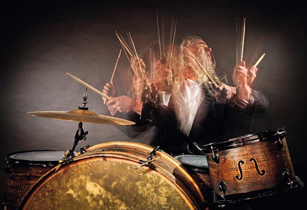 """Bewegung - Hier ließ sich der Fotograf vom Schlagzeuger der Muppet Show inspirieren, wollte """"das Tier"""" darstellen. Dazu hat er mit einem Stroboskopblitz und 4 s Belichtungszeit gearbeitet. Im Abstand von 1 s wurde geblitzt. // f/14 / 4 s / ISO 200 / 30 mm / Nikon D300"""