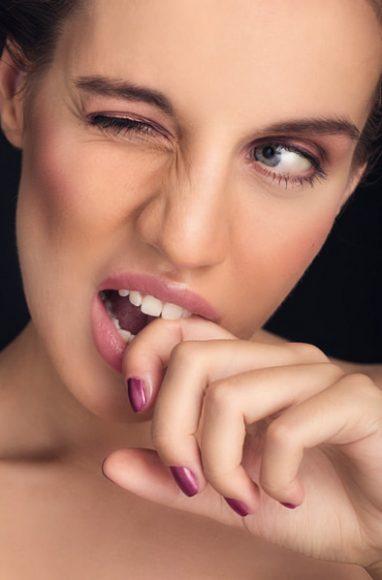 """Beim Beauty-Shooting im Studio hat man das perfekte Umfeld, sich voll und ganz auf das Shooting zu konzentrieren. Die warmen, beerigen und lilafarbenen Töne in dieser Aufnahme ergaben ein sehr stimmiges Bild zum Umfeld des Shootings im Herbst/Winter """"und passten einfach unheimlich gut zum Typ des Models, den es perfekt unterstrich"""". // Model: Nastassia - Java Model Management / Hair and Make-up: Alexandra Meier / EF 2,8/100 mm Makro / f/11 / 1/160 s / ISO 100 © Christine Müller"""