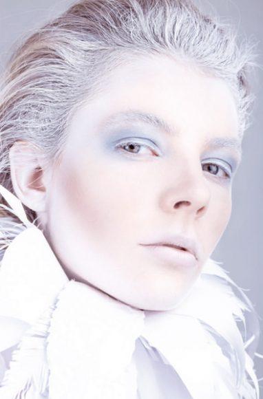 """Das aktuelle Shooting stand unter dem Thema Frosty white beauty. """"Zusammen mit der Make-up-Artistin wollte ich dieses Mal etwas mit weißem Make-up umsetzen und das Ganze, passend zum Winter, noch etwas kühler, etwas frostiger gestalten."""" Der eisige Blauton, in dem die Augen hier hervorgehoben sind, unterstreicht die Gesamtanmutung. // Model: Nadine - Java Model Management / Hair and Make-up: Cordula / EF 2,8/100 mm Makro / f/13 / 1/160 s / ISO 100 © Christine Müller"""