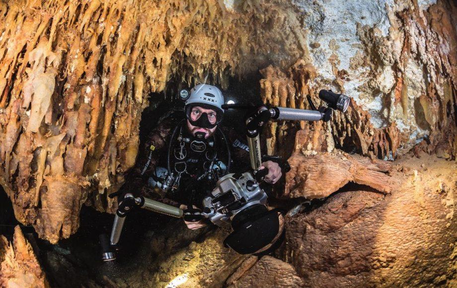 Im Unterwassereinsatz eignet sich die DSLR im Gehäuse ebenso zum Filmen wie zum fotografieren. Beim Licht muss der Unterwasserkameramann aber Kompromisse eingehen, da er sich entweder für das von Fotografen bevorzugte Blitzlicht – und damit für das Fotografieren – oder das für Filmer erforderliche Dauerlicht entscheiden muss.