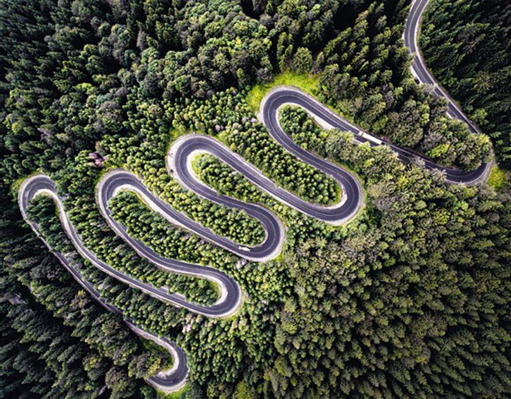 """Mit seiner Drohnenaufnahme Infinite Road to Transylvania erzielte der professionelle Fotograf Calin Stan aus Rumänien einen zweiten Platz in der Kategorie """"Natur"""" beim International Drone Award."""