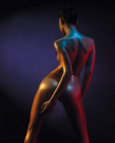 """""""Seit Uwe Ommer in den 80er-Jahren konnte die Fotografie eines exotischen Models nicht besser sein"""", meint Robert Gabor. Das Model steht beinahe selbstvergessen da, die Pose ist lasziv. Öl kommt auf farbiger Haut besonders gut, die Akzente setzen sich von dem dunklen Hintergrund besonders deutlich ab. oiobooks / Mayer George, 444891304, shutterstock.com"""