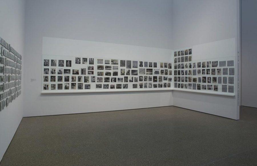 """Die Hängung zur Ausstellung """"Ende eines Zeitalters"""" (Folkwang 2014, oben) liegt im Spannungsfeld zwischen Ruhe und Unruhe, die Ausstellungsform """"(Mis)understanding Photography"""" (Folkwang 2014, darunter) wurde vom Künstler vorgegeben."""