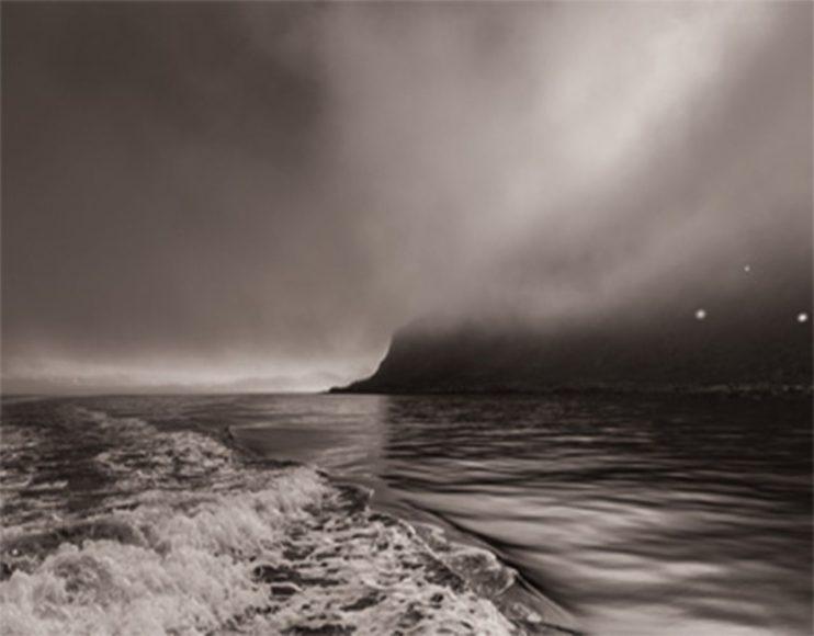 Ich liebe grauen Himmel und glattes Wasser. Da spottet man Wale, Delfine und Haie am besten. Die Flossen zeichnen sich schön schwarz ab. // ISO 320 / f/6,3 / 1/2.000 s / EF 4/24-105 mm L IS II USM © Robert Marc Lehmann