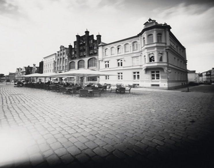 """Dieses Einzelbild aus einer 360-Grad- Aufnahme fällt in den Themenbereich """"besondere Orte"""" und zeigt den Marktplatz der Weltkulturerbe-Stadt Stralsund. Franka Schimankowitz hat hier auf gerade Linien in der Architektur geachtet, um dem Auge eine bessere Orientierung zu bieten und den Sog ins Bild zu verstärken."""