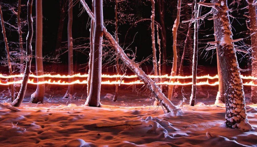 Für diese winterliche Szene wurde die Kamera fest auf dem Stativ verankert. Anschließend den Auslöser betätigen und mit zwei brennenden Fackeln von einer Seite zur anderen durch das Bild laufen. Beide Fackeln werden vor dem Körper gehalten; dunkle, nicht reflektierende Kleidung verhindert, dass die Person im Bild sichtbar wird. || ISO 200 | f/6,3 | 95 s © Thomas Bölke