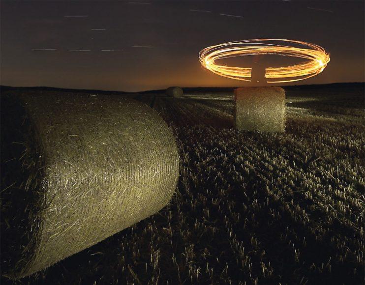Eine von Bölkes erste Lichtmalereien, auf einer Wiese nahe seines Heimatorts. Die Feuerringe entstanden mithilfe einer Fackel, die an einem Seil befestigt war. Die Person wurde hierbei bewusst mit auf das Bild genommen. // ISO 200 / f/8 / 17 min 4 s © Thomas Bölke