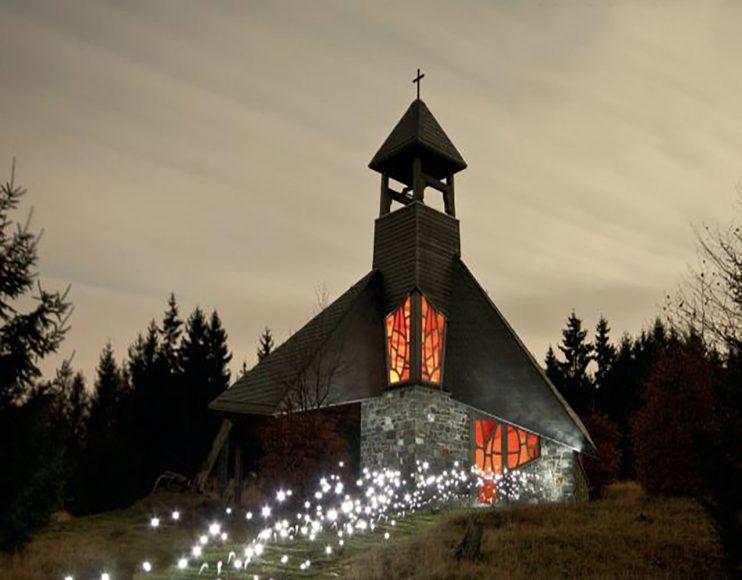 Die Quernst-Kapelle ist ein beliebter Ausflugsort im Nationalpark Kellerwald- Edersee. Viele kurze, auf die Kamera gerichtete Lichtpulse bildeten eine Straße von Sternen, während Kerzen das Kirchenfenster von innen beleuchteten. // ISO 200 / f/6,3 / 10 min 21 s © Thomas Bölke