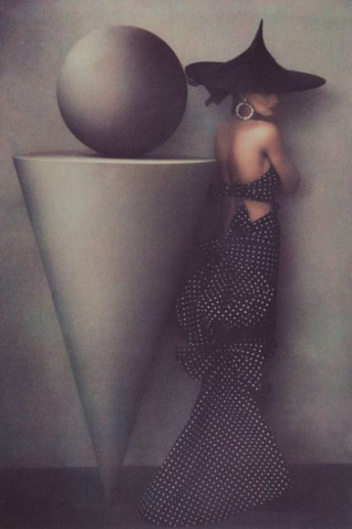 """Zwei skulpturale Erscheinungen vereinen sich auf der 1986 entstandenen Aufnahme """"Uma in Dress by Patou"""" von Sheila Metzner, deren verklärte Fotokunst sich einer zeitlichen Zuordnung verweigert. © Sheila Metzner"""