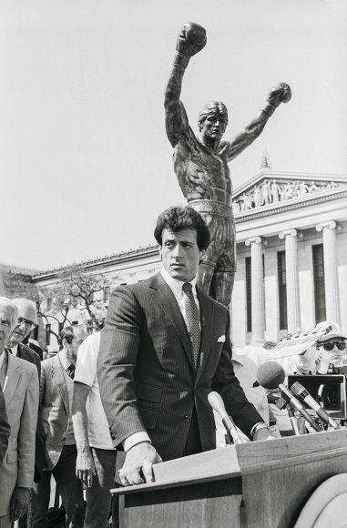 """Nahe der sogenannten """"Rocky Steps"""", den 72 Stufen zum Eingang des Philadelphia Museum of Art, steht die berühmte Statue des Boxers."""