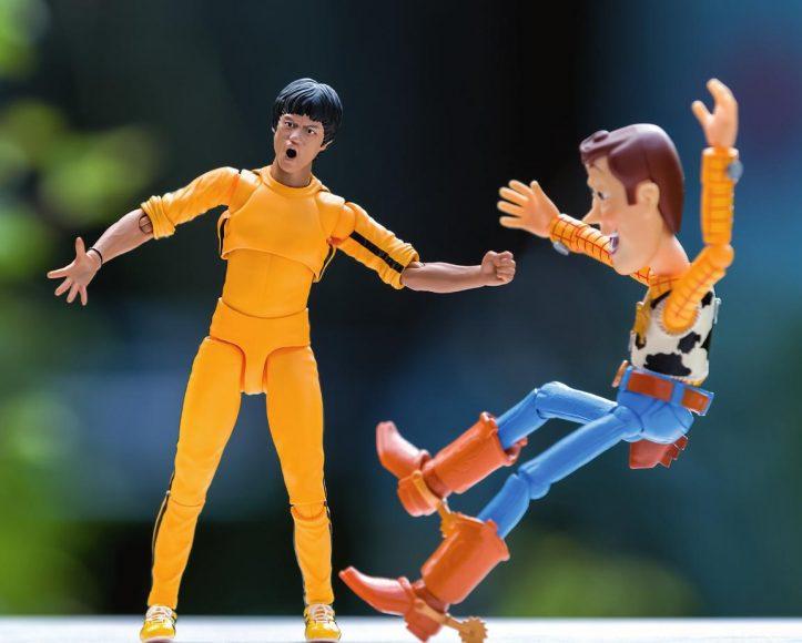 Zwei Superhelden: Bruce Lee trifft auf Woody. Und eines muss man Letzterem schon lassen: Sein Lachen vergeht ihm nie. © Charles Finsterbush