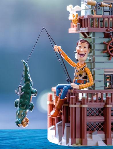 Drei Filme in einem? Eine Anspielung auf Peter Pan? Dort hat ein Alligator dem bösen Captain Hook die Hand abgebissen. Auch hier ist wieder der Infinity-Handschuh zu sehen. Toy-Story Held Woody hat das Ruder übernommen. © Charles Finsterbush
