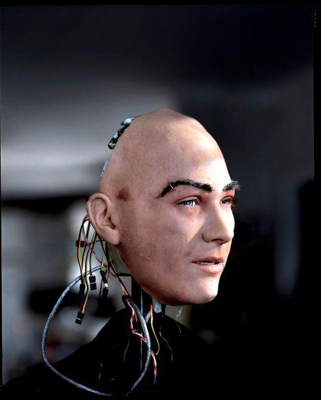 """Noch nie kamen der Mensch und Bits und Bytes einander so nah. Gruselig und faszinierend zugleich. Diese neue Stufe der künstlichen Intelligenz dokumentierte Fotograf Max Aguilera-Hellweg in seiner Serie """"Humanoid""""."""