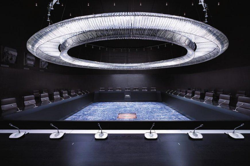 """Hier tagt die FIFA und verhandelt über Geldsummen, die das Vorstellungsvermögen jedes Fußballfreundes übersteigen. Luca Zanier suchte im Rahmen seiner Arbeit mit dem Titel """"Corridors of Power"""" unter anderem dieses Machtzentrum in Zürich auf. Menschenleer, strikt auf den Ort der weitreichenden Entscheidungen fokussiert."""