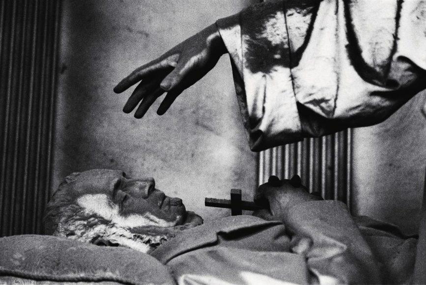 """Auch frühe Arbeiten von Anton Corbijn werden während der Triennale zu sehen sein. Dieses Motiv mit dem Titel """"Cemetery"""" entstand bereits im Jahr 1982. Neben bekannten Bildern des berühmten Fotokünstlers beschäftigt sich die Ausstellung auch mit unbekannteren und selten gezeigten Aufnahmen."""