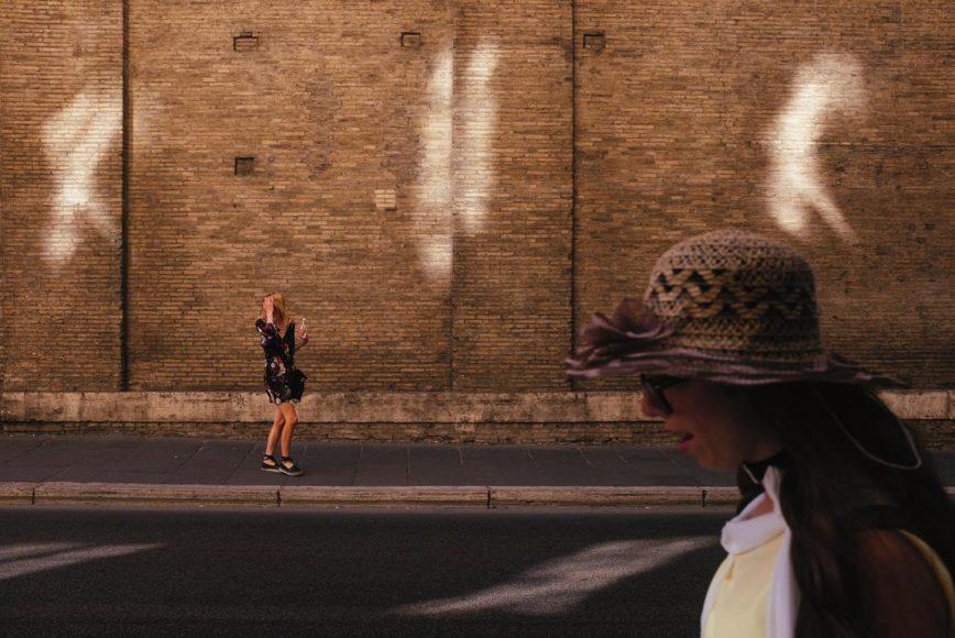 Während eines Aufenthalts in Rom ist diese Aufnahme zweier Frauen entstanden, die Gödecke quasi im Vorbeigehen erfasst hat. Aufgenommen mit einer Fujifilm X100S mit 16-Megapixel-APS-C-Sensor und 23-mm-Festbrennweite.