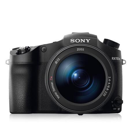 Sensor: 20,1 Megapixel CMOS Sensorfläche: 13,2 x 8,8 mm Objektiv: 2,4-4/24-600 mm KB Foto: 5.472 x 3.648 Pixel Video: 3.840 x 2.160 Pixel / 26p; 1.920 x 1.080 Pixel / 50p; 1.136 x 384 Pixel / 1.000p Bildstabilisierung: Objektiv (Lensshift) Empfindlichkeit: ISO 100-12.800 Autofokus: Hybrid-Autofokus Verschlusszeit (elektronisch): 1/2.000 s / 30 s (1/32.000 s / 30 s) Sucher: Elektronisch, 2,36 Megapixel Monitor: 3,2 Zoll / 1.228.800 Pixel / kippbar Maße & Gewicht: 133 x 94 x 127 mm / 1.095 g Preis: 1.900 Euro