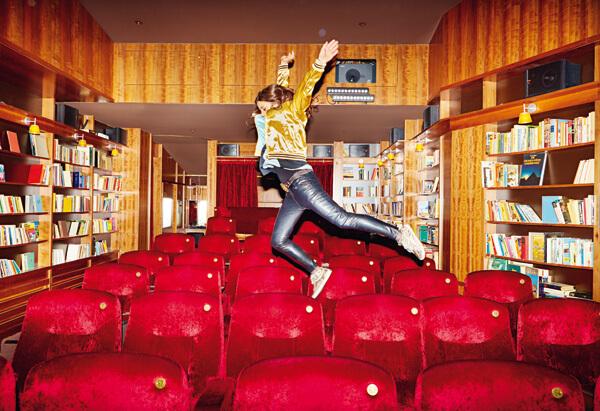 """Voller Körpereinsatz für Konrad und den """"Stern"""": Regisseurin Katja von Garnier springt durch ein Berliner Kino. © Norman Konrad"""
