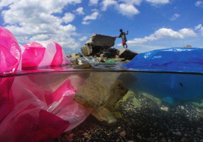 Spielplatz aus Plastik:  Kinder toben an der Küste von Manila, die durch Haushaltsmüll, Kunststoffe und andere Abfälle verschmutzt ist.