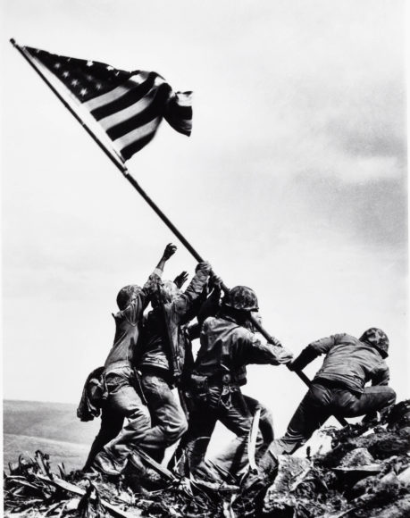 JOE ROSENTHAL (1911–2006) Raising the Flag on Iwo Jima, 1945 Gelatin silver print, printed in 1984 21,6 x 16,6 cm Signed by the photographer in ink on the reverse Schätzpreis 7.000–8.000 Euro © Westlicht Photo Auction