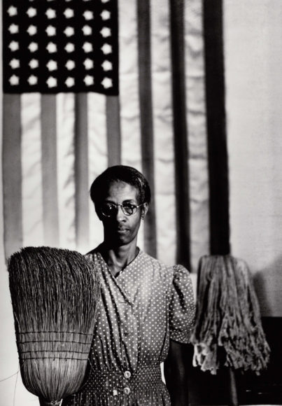 GORDON PARKS (1912–2006) 'American Gothic', Washington 1946 Gelatin silver print, printed in the 1980s 45,4 x 31,8 cm Signed by the photographer in ink in the margin Schätzpreis 6.000–8.000 Euro © Westlicht Photo Auction