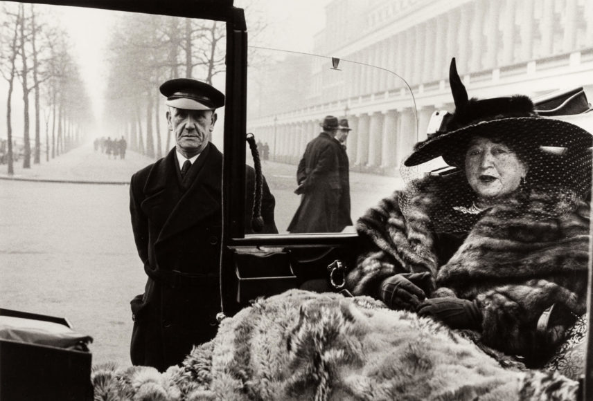 INGE MORATH (1923–2002) Mrs. Eveleigh Nash at the Buckingham Palace Mall, 1953 Gelatin silver print, printed in the 1970s 22,1 x 32,7 cm Photographer's agency stamp and her handwritten annotations in pencil on the reverse Schätzpreis 4.000–5.000 Euro © Westlicht Photo Auction