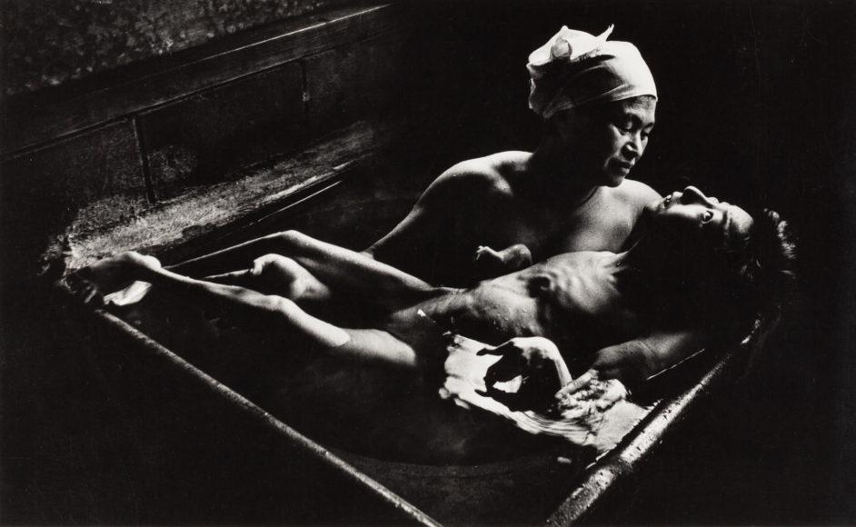 W. EUGENE SMITH (1918–1978) 'Tomoko Uemura in her bath', Minamata, Japan 1972 Vintage silver print 15 x 24,5 cm Photographer's distribution stamp and address stamp on the reverse Schätzpreis 5.000–6.000 Euro © Westlicht Photo Auction