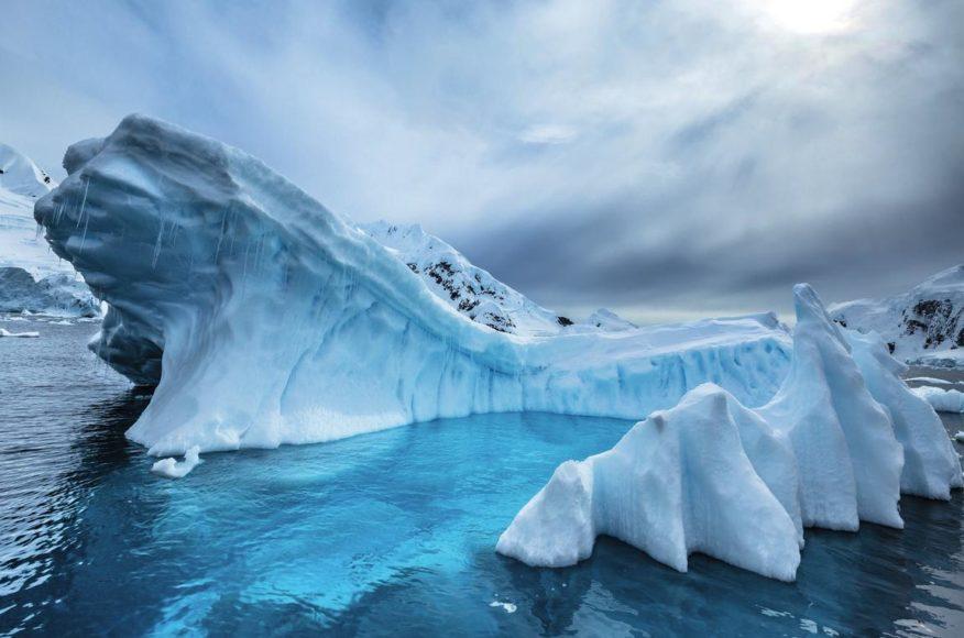 Eisberg in der Antarktis. Viele Menschen glauben, es sei extrem kalt in der Antarktis. Tatsächlich ist dieses Bild bei 10 Grad über dem Gefrierpunkt entstanden. || ISO 100 | f/14 | 1/250 s | +1 EV | 16 mm