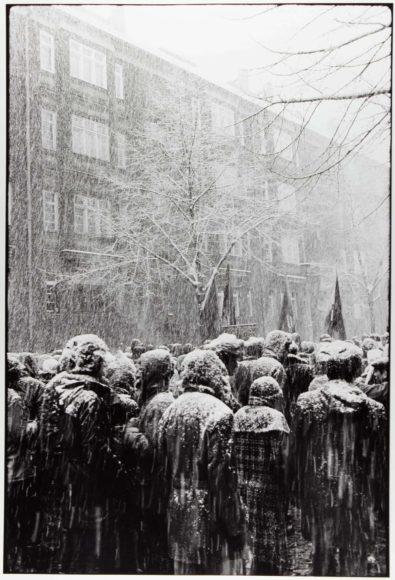 Christina Glanz (*1946)  Aus der Serie: Gedenkdemonstation für Rosa Luxemburg und Karl Liebknecht im Januar in Berlin, 1975-85  (dieses Bild 1979) GE 2005/1461 VF © Christina Glanz