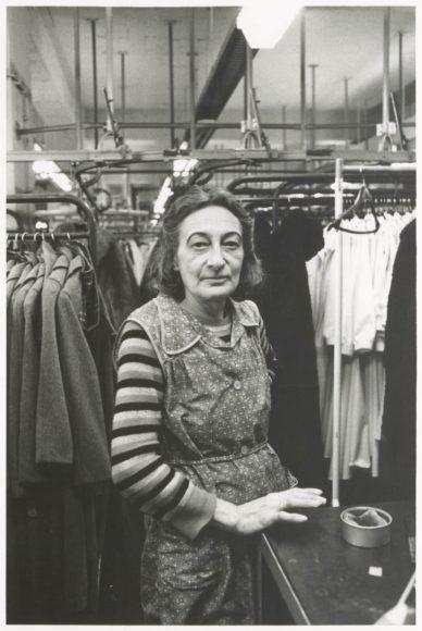 Helga Paris (*1938) aus der Serie: Frauen im Bekleidungswerk VEB  Treffmodelle Berlin, 1984 Fotografie, 26,8cm x 18cm  Inv-Nr.: IV 92/165 V © Helga Paris