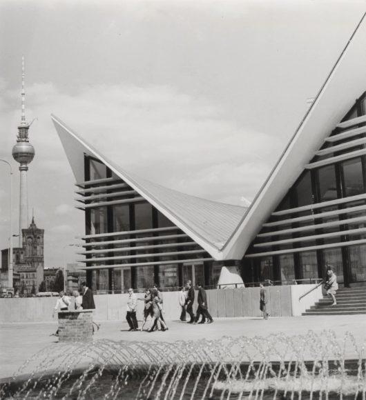 """Dieter Breitenborn Mehrzweckgaststätte auf der Fischerinsel """"Ahornblatt"""", an der Gertraudenstraße, um 1970 Inv.-Nr. IV 74/291 V © Landesarchiv Berlin"""