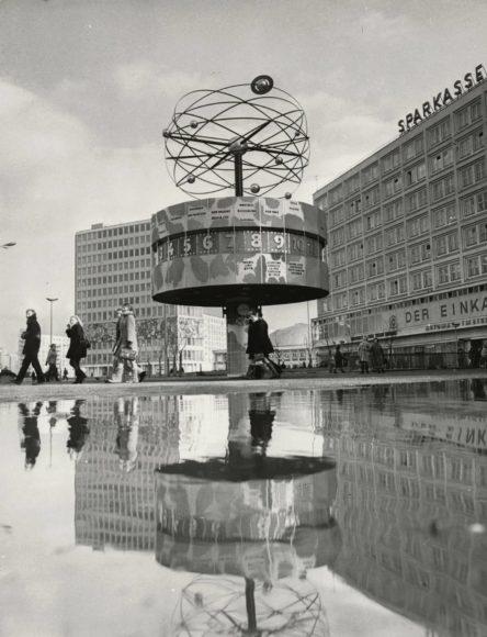 Dieter Breitenborn Alexanderplatz mit Weltzeituhr, Haus des Lehrers und Alexanderhaus, o. J. (um 1980)  Inv.-Nr. IV 73/477 V © Landesarchiv Berlin