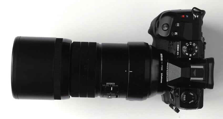 Mit Superlativen geizt die Olympus OM-D E-M1X nicht – und kann in Sachen Tragekomfort (hier sehen Sie vier Objektive mit 600-mm-Bildwinkel!) schon einmal punkten. In unserem Test tritt die 3.000-Euro-Olympus gegen die Canon EOS-1D X Mk. II (6.300 Euro) und die Nikon D5 (6.900 Euro) an. Wir haben außerdem noch die Panasonic Lumix G9 zum Rennen eingeladen – mit 1.400 Euro Bodypreis das absolute Schnäppchen im Quartett.