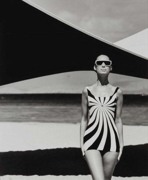 F.C. Gundlach Op Art-Fashion Model Sinz-Bademoden Brigitte Bauer, Athen 1966 © F.C. Gundlach / Stiftung F.C. Gundlach
