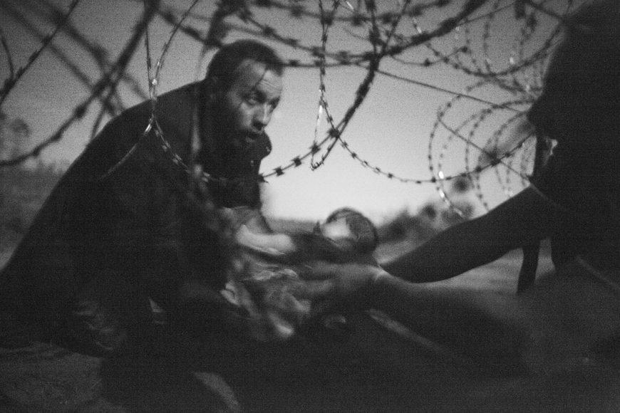 © Warren Richardson, 2016, Migrants crossing the border from Serbia into Hungary. Zu sehen in der World Press Photo Ausstellung in der Oltner Stadtkirche St. Martin.