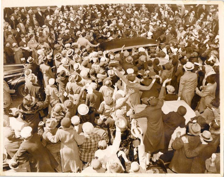 Eine Menschenmenge jubelt, als Father Divine, ein afroamerikanischer religiöser Führer und Bürgerrechtsaktivist, aus dem Gefängnis entlassen wird. 23. April 1937, New York.© Weegee / International Center of Photography