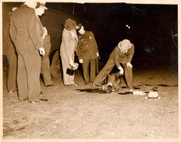"""Ermordeter Mann auf einer Straße in New York, 1937. In den 30er-Jahren räumte die """"Murder Inc."""" immer wieder unliebsame Konkurrenten des National Crime Syndicate aus dem Weg. © Weegee / International Center of Photography"""