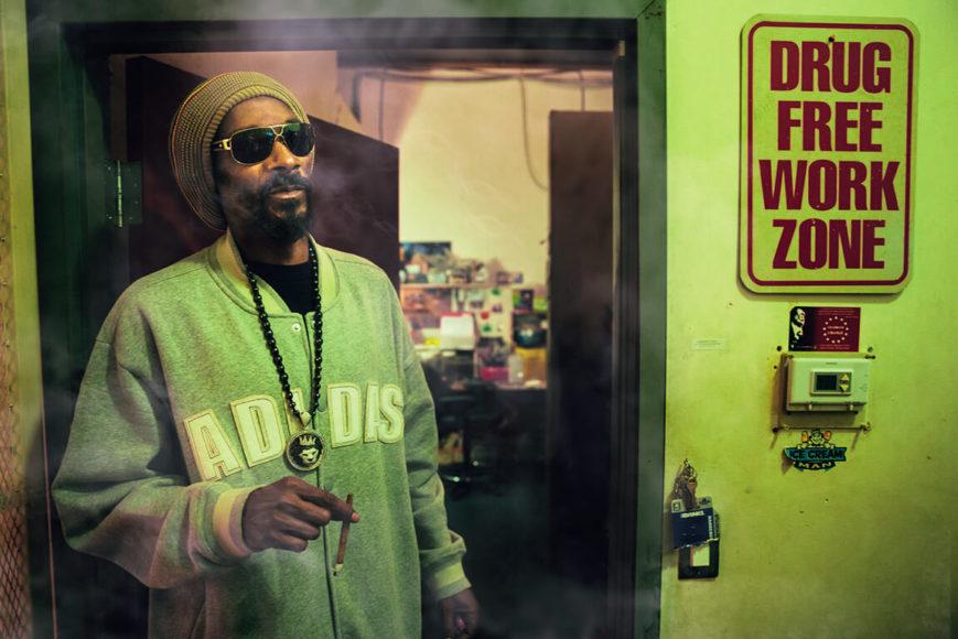 """Gewitzte Text-Bild-Schere: Reggaemusiker und Marihuanafreund Snoop Dogg an seinem """"drogenfreien Arbeitsplatz"""". © Austin Hargrave"""