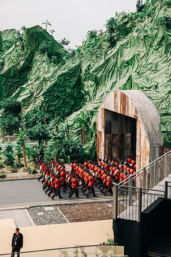Eine Militärkapelle verlässt die Bühne nach ihrem Auftritt während der Eröffnungsfeier der IDEX. Ein Sicherheitsmann überwacht währenddessen die Zuschauer. Aus der Serie: I died 22 times, © Rafael Heygster