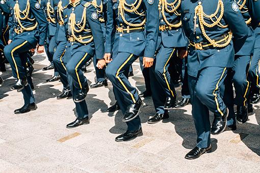 """Asien, Vereinigte Arabische Emirate, Abu Dhabi: junge Soldaten marschieren in ihrer Ausgehuniform über die """"International Defence Exhibition and Conference"""" (IDEX). Aus der Serie: I died 22 times, © Rafael Heygster"""