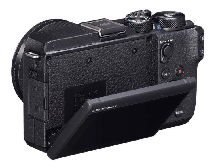 Der Monitor der Canon EOS M6 Mark II kann nach oben und unten gekippt werden. Nach oben um bis zu 180° in die Selfie-Position.