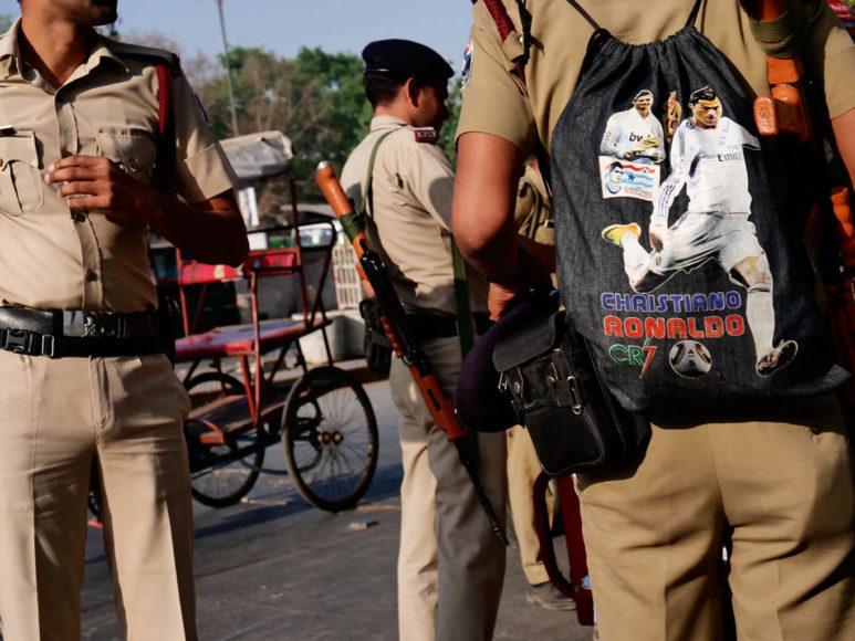 © Joe Hahn & Kai Stuht: Auch Improvisationskünste sind in der indischen Hauptstadt eine Selbstverständlichkeit. Da verwundert es kaum noch, dass ein Uniformierter einen Christiano-Ronaldo-Rucksack auf dem Rücken trägt ...