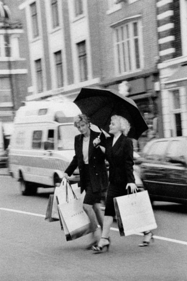 © Alison Jackson / Courtesy of Camera Work: Marylin and Diana Shopping