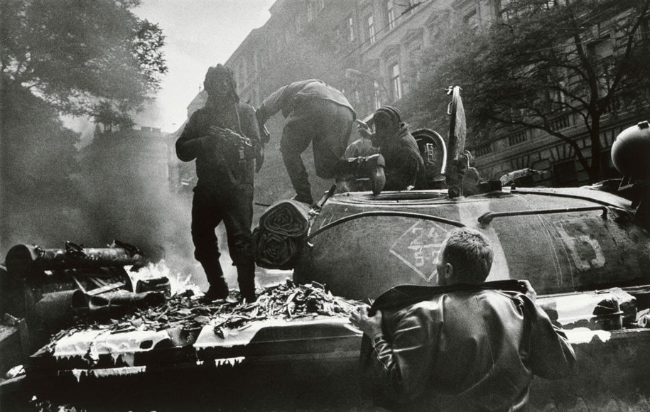 Einmarsch der Warschauer-Pakt-Truppen in Prag, 1968. © Josef Koudelka, Magnum Photos.