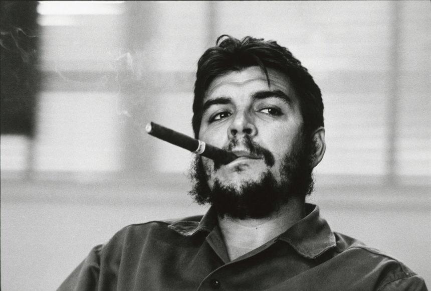 Ernesto (Che) Guevara. Der argentinische Politiker und Industrieminister für Kuba während eines Exklusivinterviews in seinem Büro, Kuba, Havana, 1963. © René Burri, Magnum Photos.