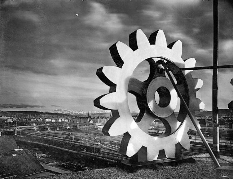 """Logo in Grossformat, Blick auf Zürich vom Dach der Maag Zahnräder AG, Hardstrasse 219. Fotografie um 1940. Titelbild für die auf den 3. September verschobene Grossausstellung """"Zürich - Schwarz auf Weiss""""."""