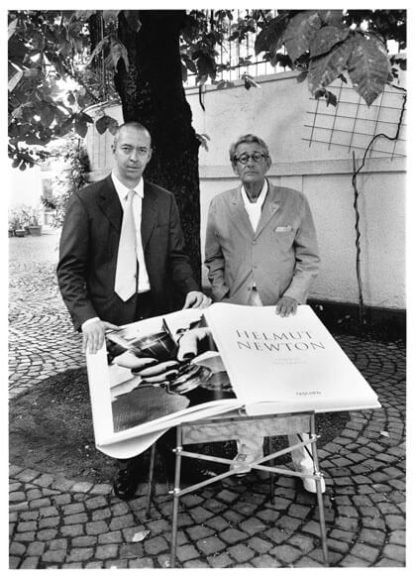 © Alice Springs / Helmut Newton, Benedikt Taschen and SUMO on its table designed by Philippe Starck, Cologne, July 7, 1999.